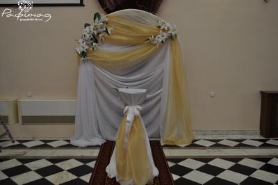 Классическая арка с искусственными цветами - 3000 рублей.